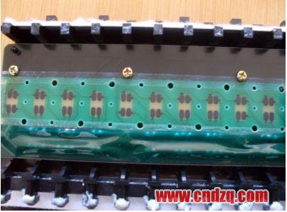 更换后的导电橡胶下边的电路板