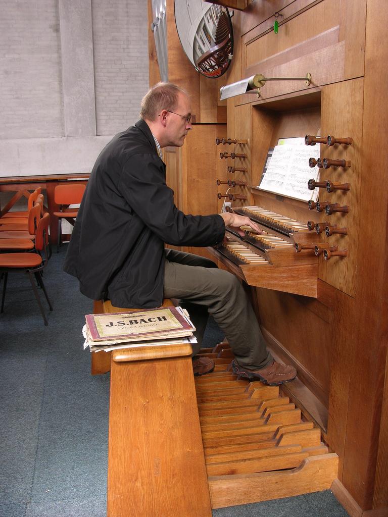 [转帖]奠定键盘演奏法则的两位管风琴家图片